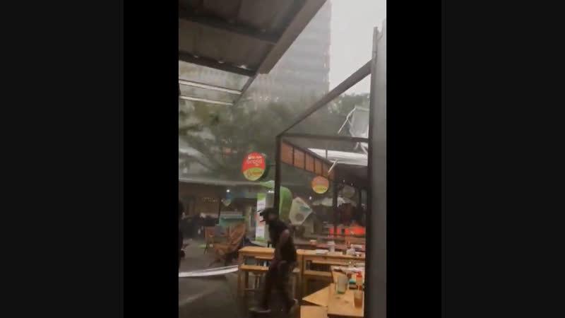 Сильный ветер снес крышу уличного кафе в Джакарте (Индонезия, 10 декабря 2018).