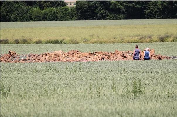 На кукурузном поле в Германии самопроизвольно взорвалась огромная бомба времен ВОВ В Германии, в окрестностях города Лимбурга, на кукурузном поле произошел мощный взрыв, оставивший после себя