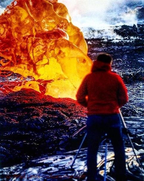 Фотограф на фоне взорвавшегося лавового пузыря вулкана Килауэа (Гавайи)