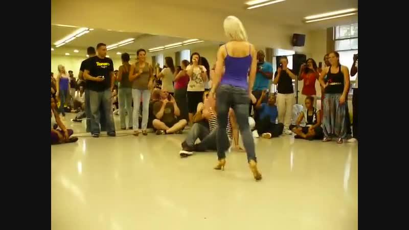 Очень красивый танец как гипноз ( 480 X 640 )