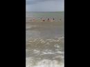 родители дорвались до моря.по фиг на шторм