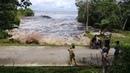 Onda gigante se forma repentinamente e assusta banhistas na Indonésia