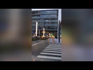 Шейх Мохаммед ибн Рашид Аль Мактум, эмир Дубая, вице-президент ОАЭ стоит на зебре в ожидании зелёного сигнала светофора