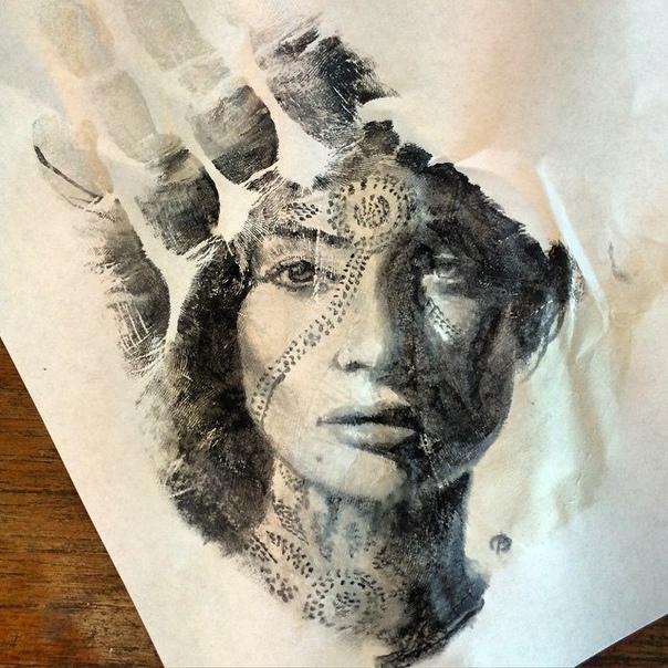 Невероятно реалистичные портреты на руке и их отпечатки на бумаге Художник Рассел Пауэлл (Russell Powell) создает потрясающе реалистичные портреты на нестандартной поверхности своей руке.