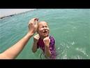 Алиса играет с песком на пляже Веселый кораблик уплывает от нас