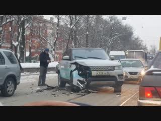 На улице Комсомола столкнулись Honda CR-V и Range Rover