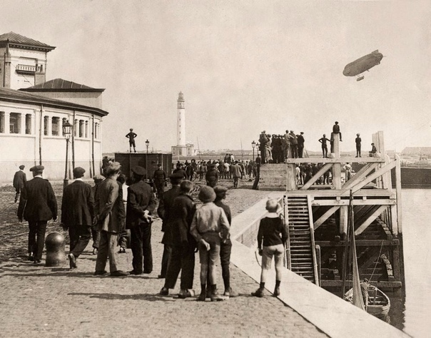 Толпа наблюдает за британским дирижаблем Astra-Torres пролетающим над гаванью Остенде по пути во Францию во время Первой мировой войны (Бельгия, 1914 год