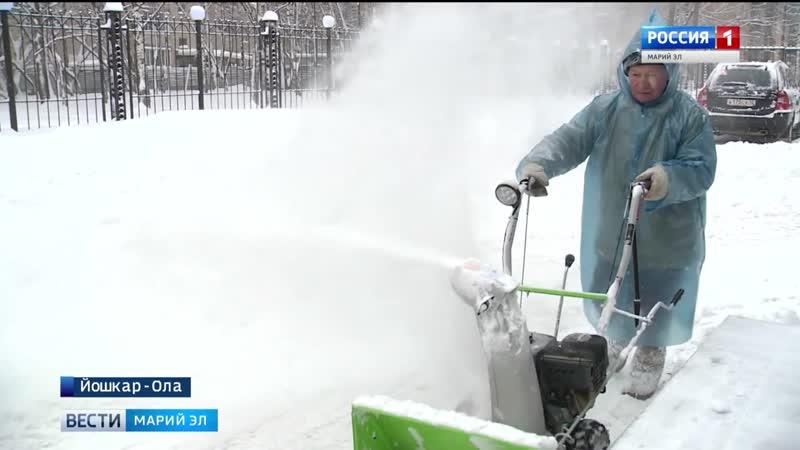 Йошкар олинские коммунальщики пытаются расчистить дворы от вчерашнего снегопада