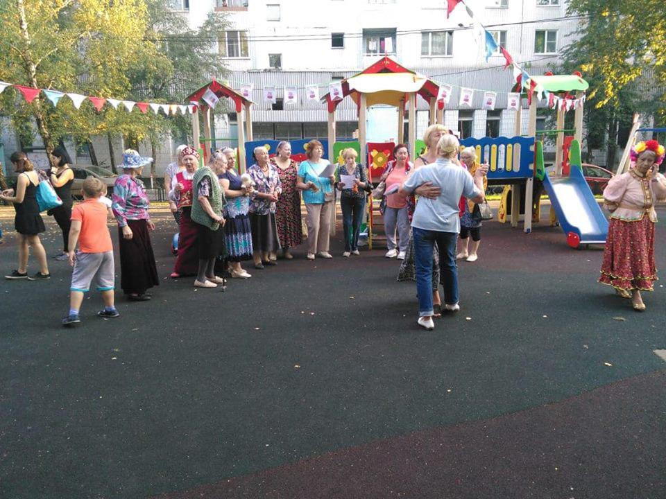 Песни и танцы устроили в рамках «Московского долголетия» во дворе на Череповецкой