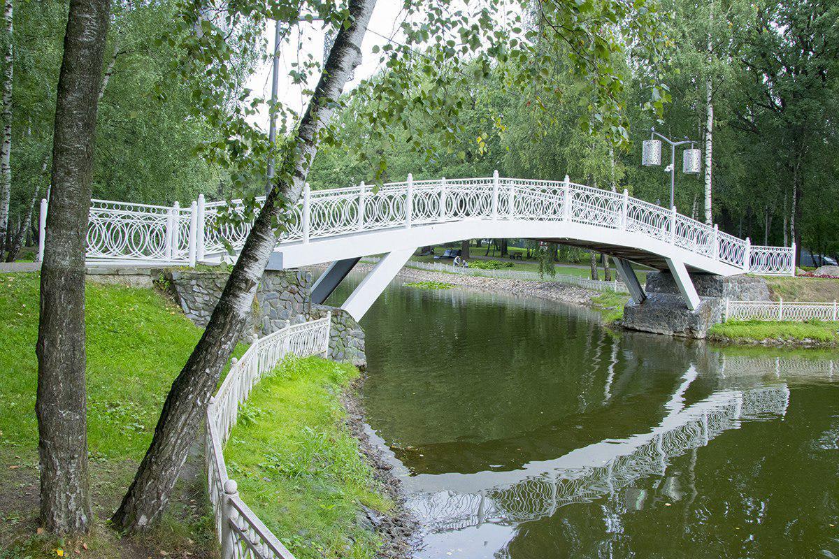В Лианозовском парке реконструировали романтический мостик