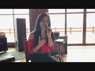 Девушка Юля с Инстаграма поёт популярную песню!