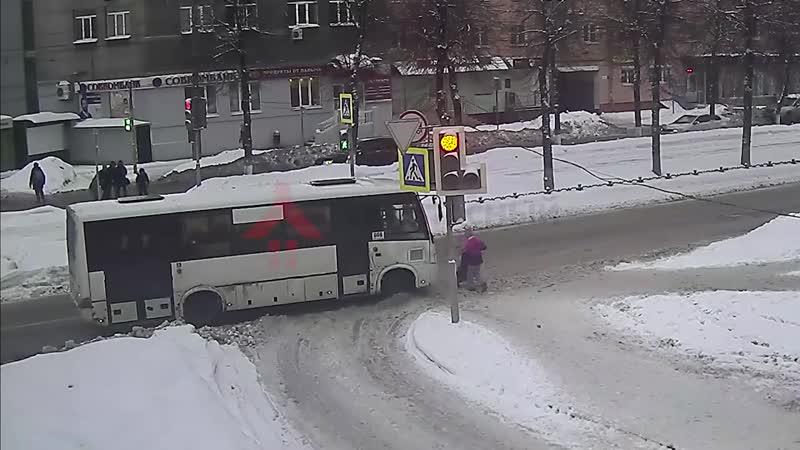 В Ярославле маршрутка наехала на маму с ребёнком