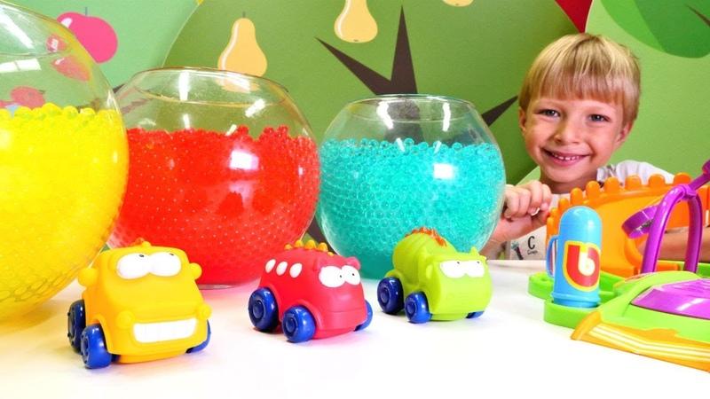 Oyuncak arabalar. Araçları bulup araba istasyonunda oynuyoruz