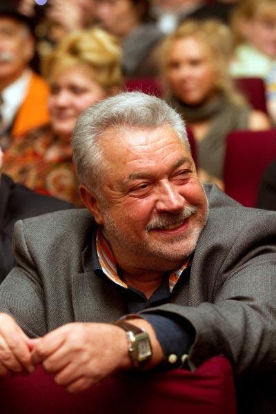actor Юлий Гусман. Юлий Соломо́нович Гу́сман (8 августа 1943, Баку) - советский и российский театральный и кинорежиссёр, телеведущий, актёр. Биография. Отец Соломон Гусман был военным врачом,