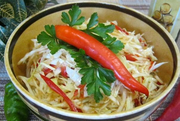 салат из капусты в корейском стиле конечно, он приготовлен не так, как готовят в корее, но то, что он вкусный, острый и похож на корейский – это точно. поэтому и название у него такое – в