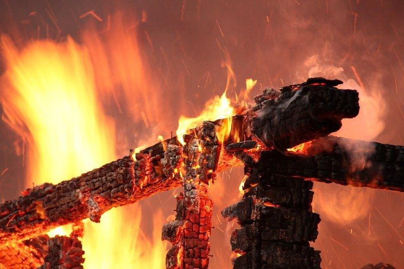 В Зеленчукской пожар оставил людей без хозпостройки