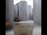 Страшное видео из Италии. Там на винодельне разлили 30 тысяч литров просекко - сухого, игристого вина