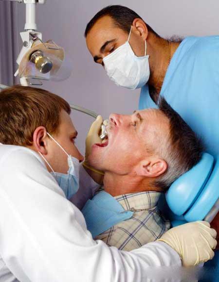 Протезы должны быть установлены стоматологами.