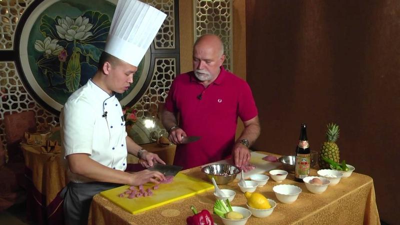 Отчаянный домохозяин готовит свинину с ананасом в кисло-сладком соусе