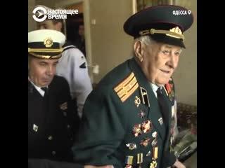 Оркестр пятый год подряд поздравляет ветерана, который сам не может прийти на парад 9 мая [NR]