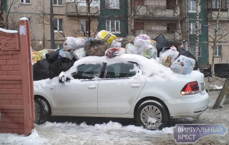 """Автомобиль брестчанина завалили пакетами с мусором - во """"счастье привалило"""""""