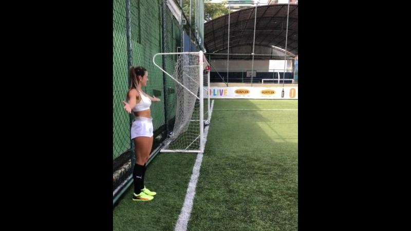 Наталя Гитлер - Бразилійка, яка вправляється з м'ячем краще, ніж більша половина гравців УПЛ