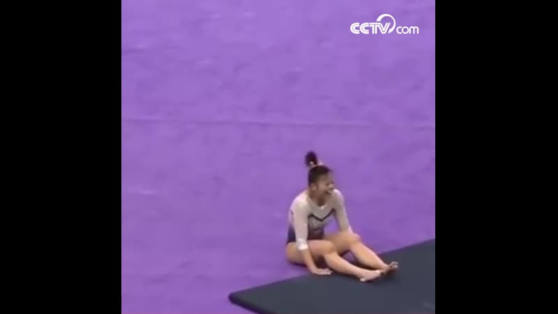Гимнастка из США сломала обе ноги во время приземления после прыжка