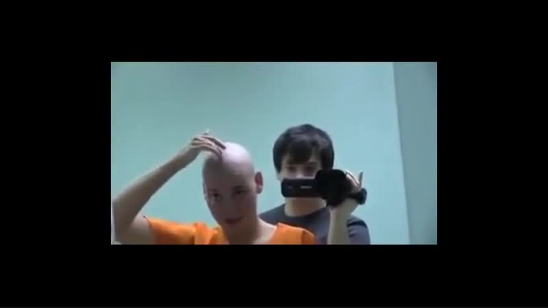 Wanita cantik dipaksa botak dan di kerik