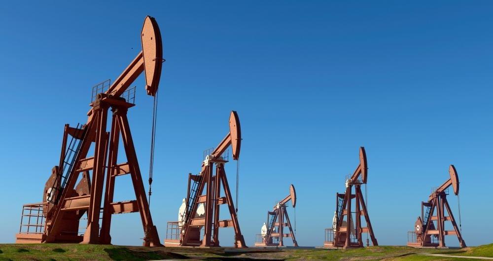 После того, как нефтяное месторождение было доступно через дрель, насосные насосы часто размещаются над скважиной для откачки сырой нефти.
