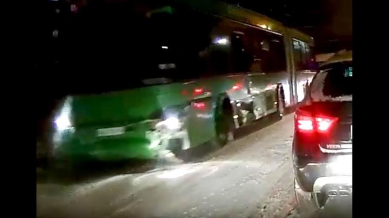 Автобус с пассажирами врезался в ограждение моста Металлистов в Витебске