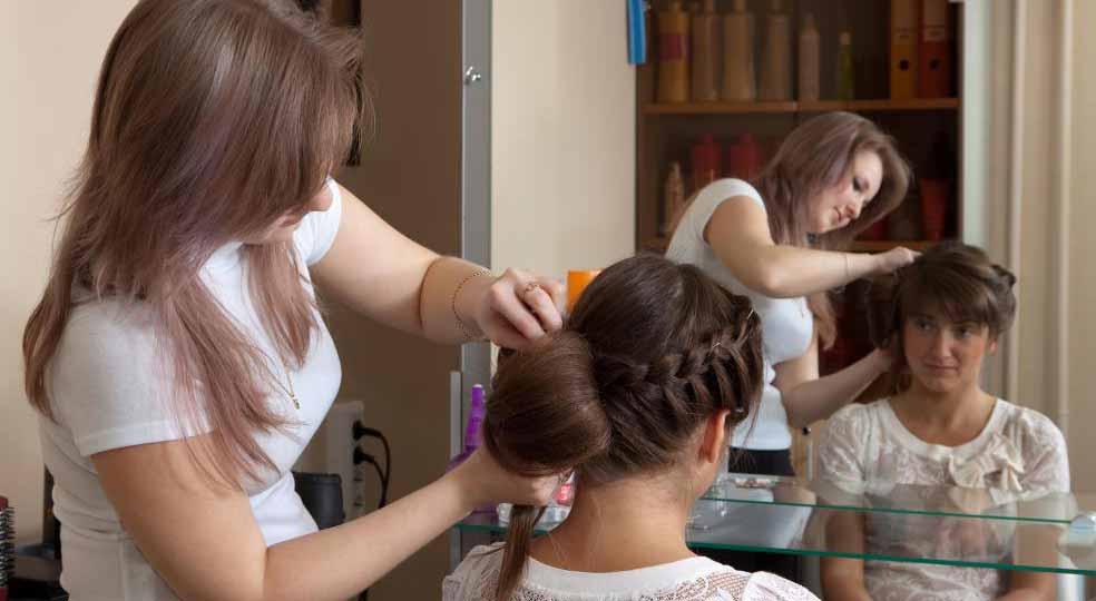 Парикмахеры должны уметь работать на всех типах волос.