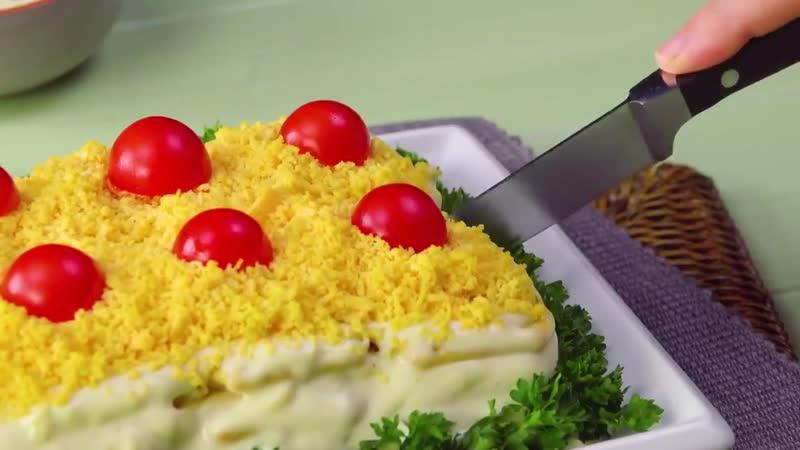 Приклеиваем 8 крекеров к тарелке, добавляем яйца. Это новый хит праздников