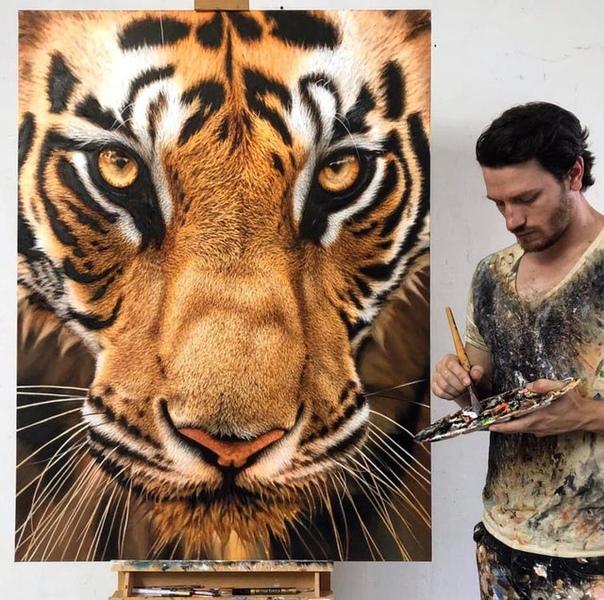 Нью-йоркский художник-гиперреалист Ник Сидер вместе со своей картиной Бронзовая красота