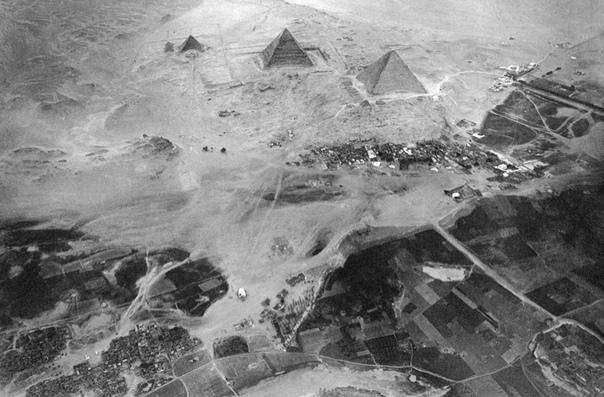 Этот снимок пирамид в Гизе был сделан в 1904 году. Древние памятники сфотографировал с воздушного шара, находившегося на высоте 600 м над землей, Эдуард Спелтерини. Этот швейцарец был пионером