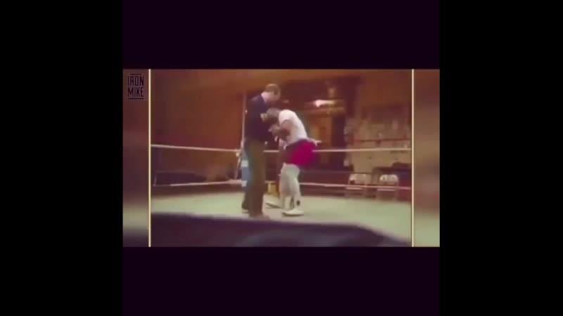 Кас Дамато учит Майка Тайсона фирменному стилю бокса rfc lfvfnj exbn vfqrf nfqcjyf abhvtyyjve cnbk. ,jrcf