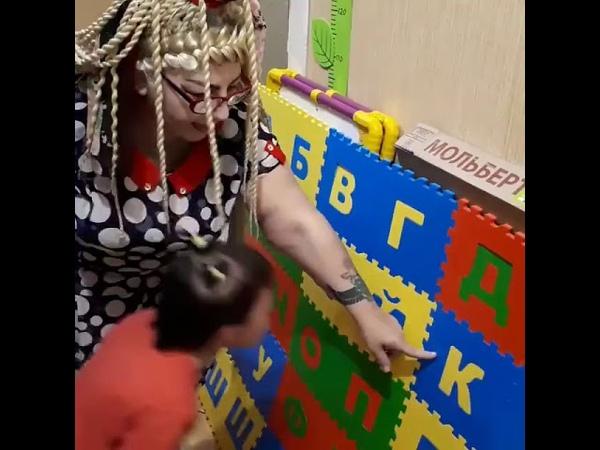 5 летняя Соня с синдромом дауна показывает какие буквы выучила
