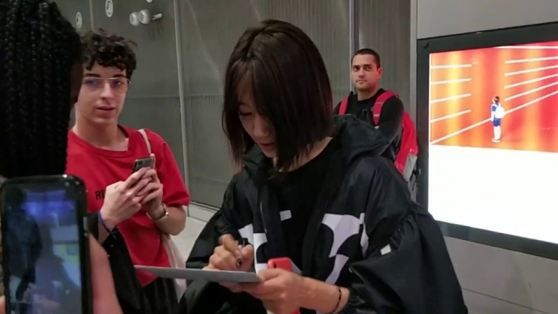 PARK SHIN HYE (박신혜) SIGNS AUTOGRAPHS TO FANS WHILE ARRIVING IN PARIS AT CDG AIRPORT 190302 2019 PFW