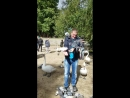 Димочку облепили голуби, а также один сел на телефон