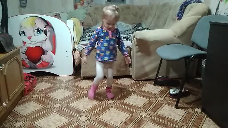Дочка танцует под Руки вверх)