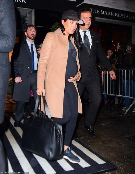 Меган Маркл отправилась в аэропорт Нью-Йорка: новые фото герцогини Путешествие 37-летней Меган Маркл, которая несколько дней назад прилетела в Нью-Йорк, чтобы устроить традиционную вечеринку в