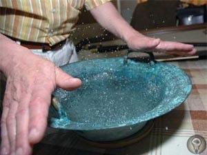 В древнем сосуде вода закипает от одного прикосновения рук Эту находку в начале 2000-х сделал всемирно известный искусствовед Азат Акимбек. Сосуд, которому более двух тысяч лет, обладает