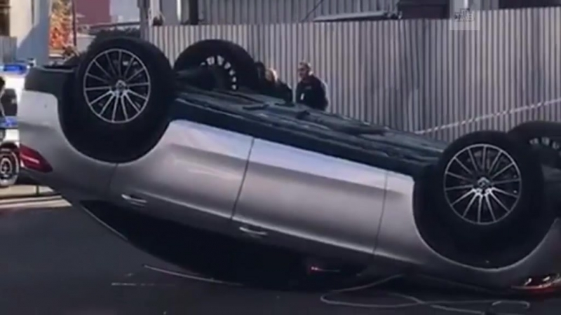 Mercedes рухнул со второго этажа парковки в Москве
