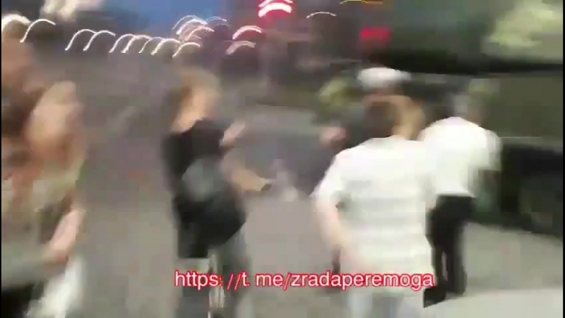 В Киеве вотвремя репетиции парада ЗРК Бук въехал в торговый центр. А там, говорят, еще воз