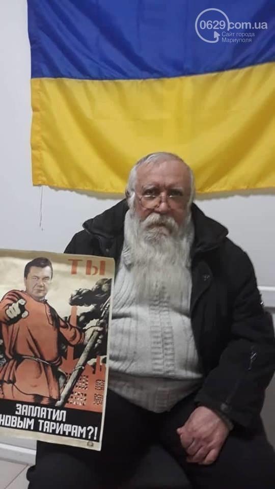 В Мариуполе пожилой человек расклеивал плакаты с Януковичем (Фото)