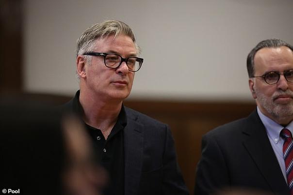 Суд обязал Алека Болдуина пройти курсы по управлению гневом Во время суда в Нью-Йорке американский актер Алек Болдуин признал себя виновным в драке на парковке. Об этом сообщает Fox News. В
