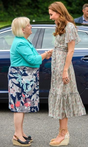 Цветочное платье и эспадрильи: Кейт Миддлтон приняла участие в мастер-классе 37-летняя Кейт Миддлтон объявлена новым патроном Королевского фотографического общества. Ранее эту почетную должность
