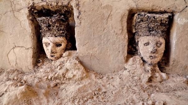 В Перу на руинах объекта Чан Чан, который принадлежит к Всемирному наследию ЮНЕСКО, нашли помещение, заполненное 800-летними черными деревянными статуями. Высота каждой статуи — более 70