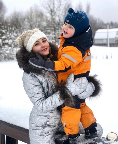 Анна Михайловская на прогулке с сыном