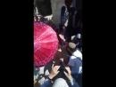 Des colons JUIFS harcèlent des Palestiniens à Al Aqsa la police israélienne regarde