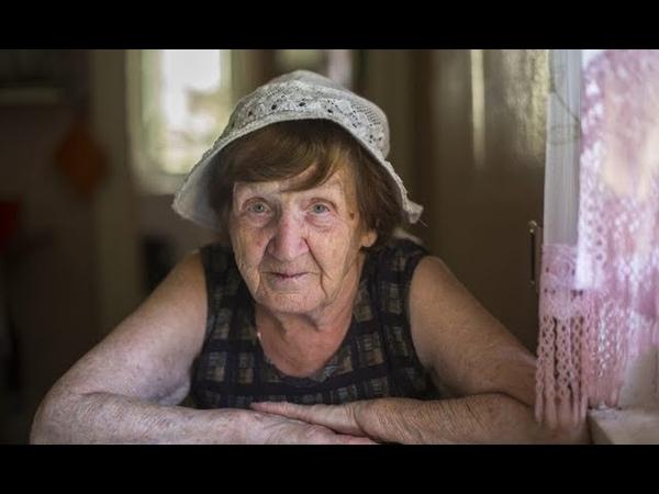 Вышла в магазин и увидела, что на лавочке сидит старушка в одном тонком халате. А на улице -15